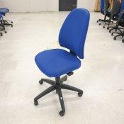 Kinnaps kontorstol med blå polstring