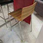 """Kuadra 1323 Barstol, NY, firkantet stel, Formspændt tigerwood sæde, Sædehøjde 65 cm."