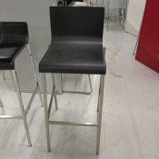 """""""Kuadra 1326 Barstol, NY, firkantet stel, Formspændt Sort sæde, Sædehøjde 80 cm."""