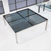 Kvadratisk konferencebord med mørk glas og stål stel