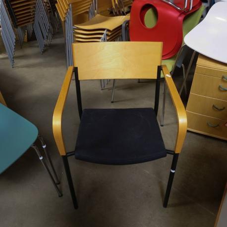 EFG stol med blå polstret sæde