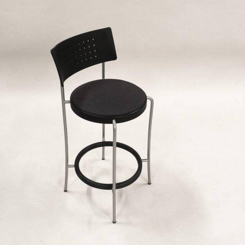 Magnus Olsen barstol i sort plast med sæde i grå/sort polster