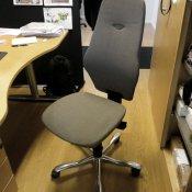Kinnarps kontorstol med høj rygstøtte - grå polstring
