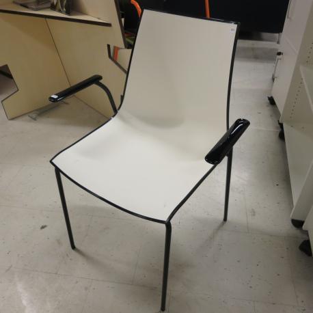Pedrali stol - Hvid front med sort ryg