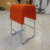 Barstol med orange polstring
