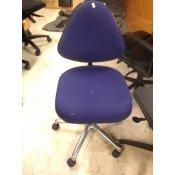 Blå kontorstol med trekantet ryglæn