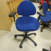 Blå kontorstol med armlæn - lille ryglæn