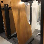 Venstrevendt hævesænkebord med sort stel - 180 x 110 cm