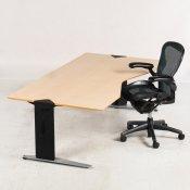 Arbejdsstation m. Paustian hæve-/sænkebord og Herman Miller stol