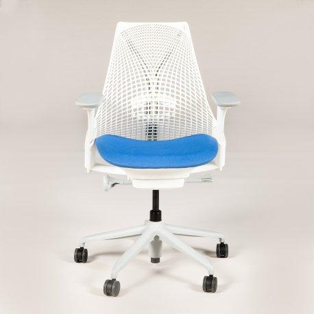 Herman Miller SAYL kontorstol - hvid med blåt sæde