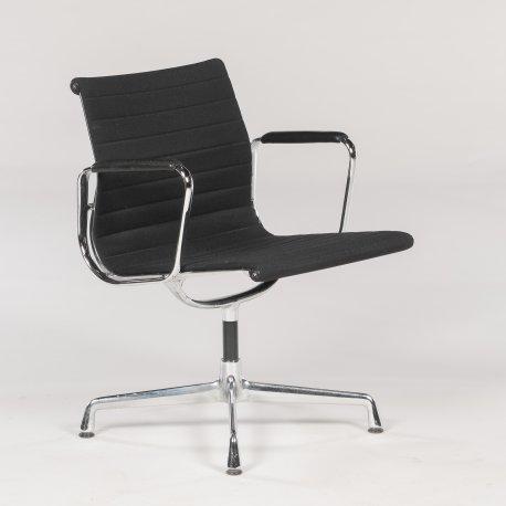 Eames Vitra EA 107 - konferencestol - sort hopsak - læderarmlæn