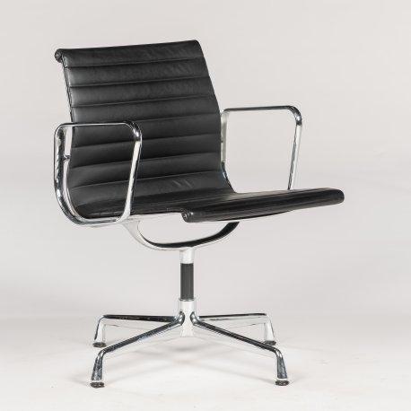 Eames Vitra EA 108 - konferencestol med armlæn - sort læder