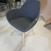 Demo loungestol - model Torso - mørkgrå stof - bøgetræsben