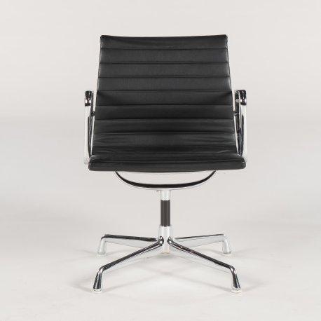 Eames Vitra EA 108 - konferencestol med armlæn - sort læder - brun hopsak på ryg