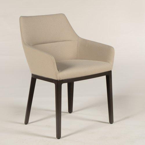 Demo loungestol - model Chic - lysbrun polstring - mørke ben
