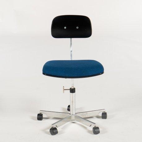 Kevi kontorstol - blåpolstret sæde - sort træryg