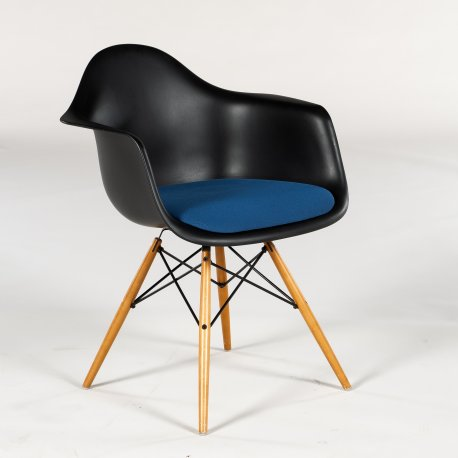 Charles og Ray Eames - Plastic Armchair - sort plast - blåt sæde