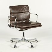 Charles og Ray Eames EA 208 Soft Pad konferencestol - brunt læder