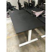 Brugt hæve-/sænkebord - sort bordplade - hvidt stel
