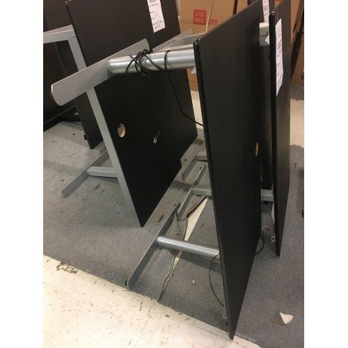Brugt h/s bord - sort linoleum - gråt stel med runde ben - 140x80cm