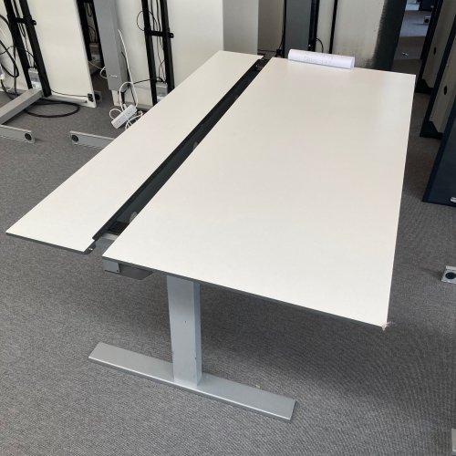 Brugt hæve-/sænkebord - hvid m. indbygget kabelbakke - PRE-SALE