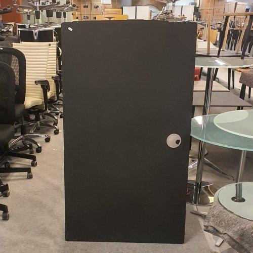 Demo Thor hæve-/sænkebord - sort linoleum - sort stel - kabelbakke - alu kabelgennemføring - 140x80 cm
