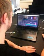 Christian arbejder ved skærmen